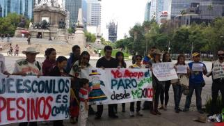 Colombian activists voice their concerns in Mexico. Photo by: Colombianos in Brisbane