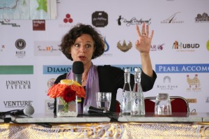 Elizabeth Pisani speaking on her Indonesia Etc. panel
