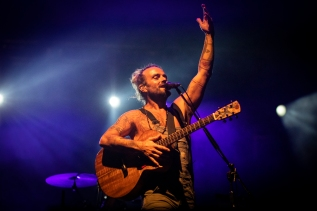 Xavier Rudd acknowledges the crowd at Woodford. Picture Dylan Crawford @seewhatdsees