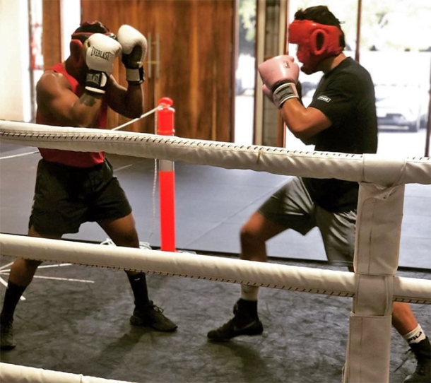Amateur boxers spar intelligently